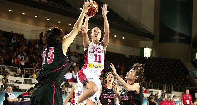 �eská basketbalistka Kate�ina Elhotová v duelu s Japonskem