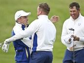 BRAVO, HO�I. Kapitán evropského výb�ru Paul McGinley (vlevo) gratuluje Jamiemu...