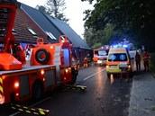 Pod stromem. Na místě zasahovali hasiči i zdravotníci.