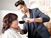 Nakonec vlasy natupíroval, aby jim dodal objem.