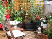 Balkon lze prom�nit v místo, kde si rádi posedíte uprost�ed zelen�.