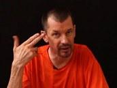 Britský noviná� John Cantlie na prvním videu, které zve�ejnili sunnit�tí