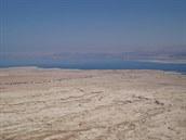 Vyprahlá Negevská poušť - i zde se běhají závody. V pozadí Jordánsko