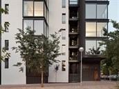 Dům se sociálními byty zdobí nejen omítka, ale také, celoprosklená okna,...