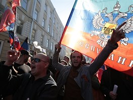 P��znivci Luhansk� lidov� republiky a Don�ck� lidov� republiky skanduj� p�ed...