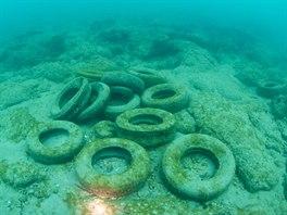 Uměle vytvořený útes Osborne Reef na východním pobřeží Floridy tvoří dva...
