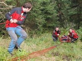 Horští záchranáři vynášejí z nepřístupného terénu v Jeseníkách zraněného...
