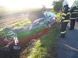 Motocykl Honda VT750 po srážce s osobním automobilem u Prasku shořel. (27. 9....