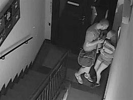 Napaden� na chodb� domu na Slovansk�m n�m�st� zachytila bezpe�nostn� kamera....
