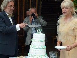 Novomanželé rozkrojili čtyřpatrový dort.