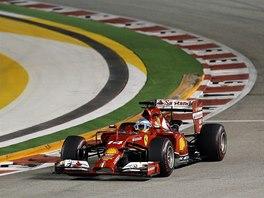 KROUŽENÍ. Fernando Alonso ve Velké ceně Singapuru.
