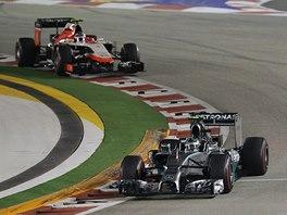NA CHVOSTU. Nico Rosberg v závěru startovního pole následovaný Maxem Chiltonem