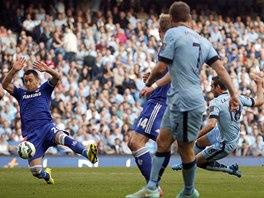 GÓLOVÁ STŘELA. Frank Lampard v dresu Manchesteru City prostřeluje obranu