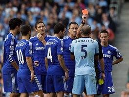 Pablo Zabaleta z Manchesteru City dostává červenou kartu v utkání proti