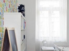 Nábytek v pokoji staršího syna kopíruje vzhled celého interiéru. Barevné jsou
