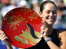 Srbská tenistka Ana Ivanovičová s trofejí pro vítězku turnaje v Tokiu.