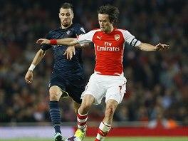 Tomáš Rosický (vpravo) z Arsenalu v souboji s   Morganem Schneiderlinem ze...