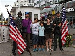 Proslulý Checkpoint Charlie přitahuje každý den tisíce turistů.