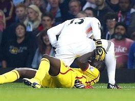 Gólman West Hamu Adrian (v bílém) ve střetu s útočníkem Liverpoolu Mariem...