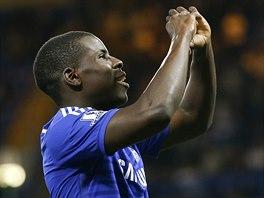 Kurt Zouma z Chelsea hrdě slaví svou trefu v utkání Ligového poháru.
