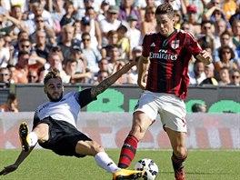 Útočník AC Milán Fernando Torres (vpravo) bojuje o míč s Francescem Renzettim z Ceseny.
