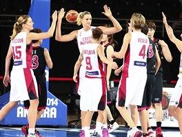 České basketbalistky se radují v utkání s Japonskem.