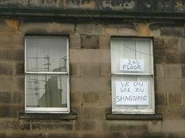 Inspirujte se jednoduchou grafikou, kterou vylepili obyvatel� bytu ve sv�m okn�...
