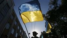 P�íznivci ruské opozice pochodují s ukrajinskými vlajkami Moskvou. (21. zá�í...