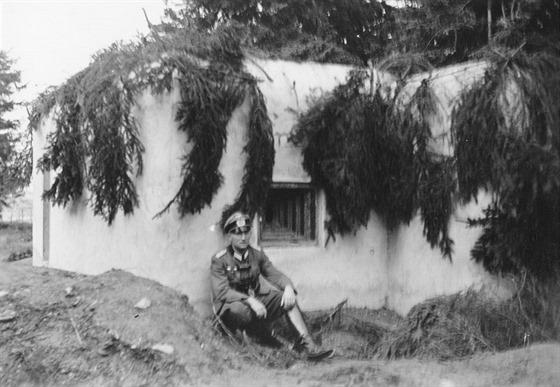 Poručík Mogschar pózuje před jedním z řopíků v Krkonoších. Jak sám později zjistil, na tento bunkr měl v případě války zaútočit se svojí četou.