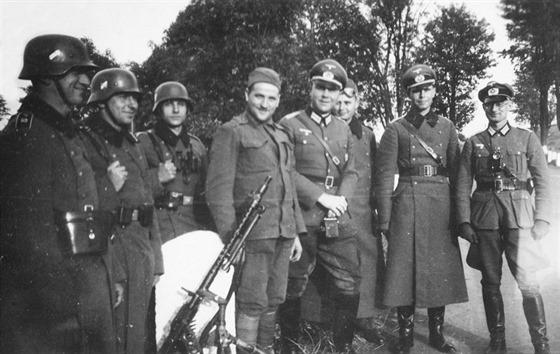 V průběhu října 1938 se do tzv. Sudet začali vracet Němci propuštění z čs. armády. Zde jeden z vojínů v čs. uniformě pózuje s německou hlídkou vyzbrojenou kulometem.
