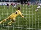Thomas Müeller z Bayernu Mnichov překonává z penalty brankáře CSKA Moskva Igora...