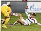 Brankář Igor Akinfejev z CSKA Moskva byl u míče o chvíli dřív než  Thomas...