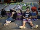 Mnoho protestujících odpočívá přímo na ulici (30. září)
