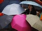 Hlavním znakem nespokojených obyvatel se staly rozevřené deštníky, které...