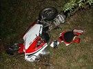 Motorká� nestihl zastavit za kolonou na silnici 1/35 u Sadové mezi Ho�icemi a...