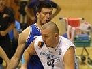 Prost�jovsk� basketbalista Jan Tomanec v duelu s USK Praha.