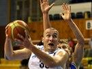 Prostějovský basketbalista Jan Tomanec v duelu s USK Praha.