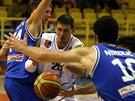 Prost�jovsk� basketbalista Pavel Slez�k se prod�r� obranou  USK Praha.