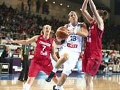 Kanadské basketbalistky (v �erveném) p�i obranné práci v utkání s Francií.