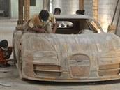 V díln� na Jáv� vzniká d�ev�ná replika Bugatti Veyron Super Sport v reálné...