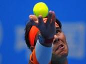 SERVIS. Rafael Nadal na turnaji v Pekingu p�i sv�m n�vratu po zran�n�.