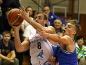 Prost�jovský basketbalista Roman Marko (vlevo) v duelu s USK Praha.