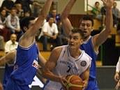 Prost�jovský basketbalista Radek Ne�as se sna�í prosadit proti bránícím hrá��m ...
