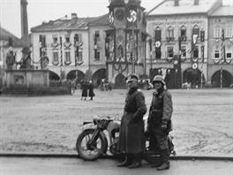 Poručík Mogschar se svým řidičem, kteří se pod tlakem zbraní dostali z obklíčení obyvatel obce Slemeno.