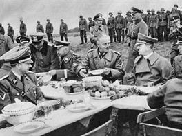 Společný oběd nejvyššího německého velení na Chebsku. Hitlerův kyselý výraz v obličeji lze přičíst jeho zjištění, že v podávané polévce je maso, které jako vegetarián nejedl.