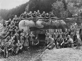 A ještě jedno foto před návratem do Říše – německá četa si pořídila skupinovou fotografii před jedním z objektů lehkého opevnění ve Stříbře.