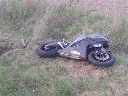 Motorkář nestihl zastavit za kolonou na silnici 1/35 u Sadové mezi Hořicemi a...