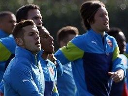 Tomáš Rosický (uprostřed) během tréninku Arsenalu na utkání Ligy mistrů proti...