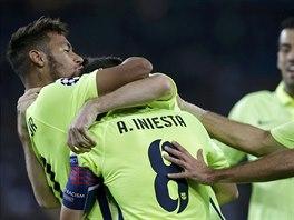 NEVIDITELNÝ STŘELEC. Fotbalisté Barcelony se radují ze vstřeleného gólu. Jeho...