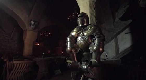 V krčmě jsou vyvěšeny středověké obrazy těžby stříbra a mědi.